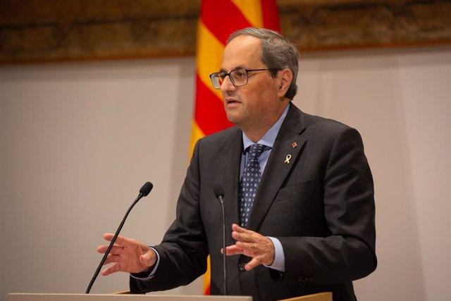 El president de la Generalitat Quim Torra dirigint-se als signants de la declaració conjunta sobre la situació política a Barcelona (Catalunya), 25 d'octubre del 2019.