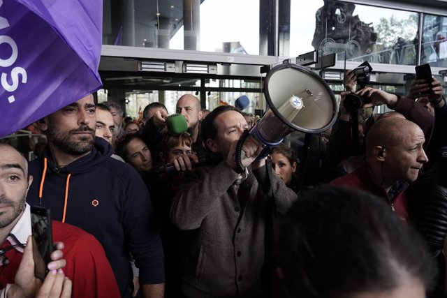 El candidat a la presidència del Govern per Unides Podem, Pablo Iglesias es dirigeix als assistents amb un megàfon en un acte polític,  al Palau Euskalduna, a Bilbao (Espanya), a 7 de novembre del 2019.