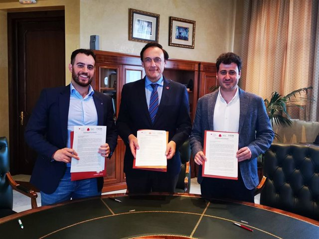 El presidente de CREUP, Pablo Alcaraz, el de CRUE, José Carlos Gómez Villamandos, y el de ESN Spain, Juan Rayón, con la carta al presidente del Gobierno.