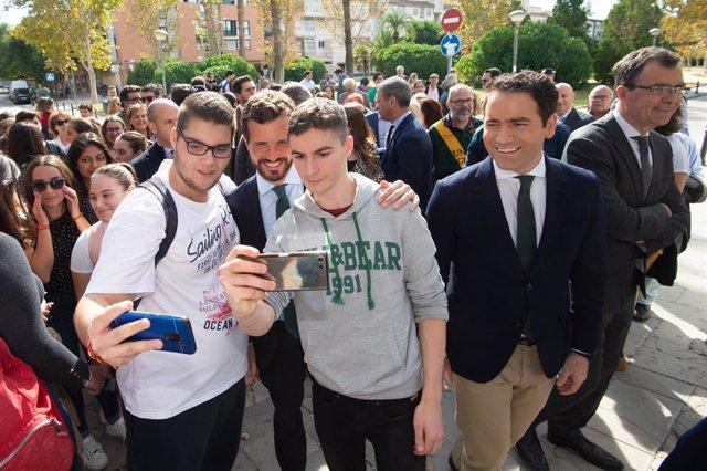(I-D) El diputat del PP al Congrés dels Diputats per Múrcia i secretari general del Partit Popular, Teodoro García Egea (1d) i el candidat a la presidència del Govern pel Partit Popular, Pablo Casado  (2d) es fotografian amb alumnes del centre.