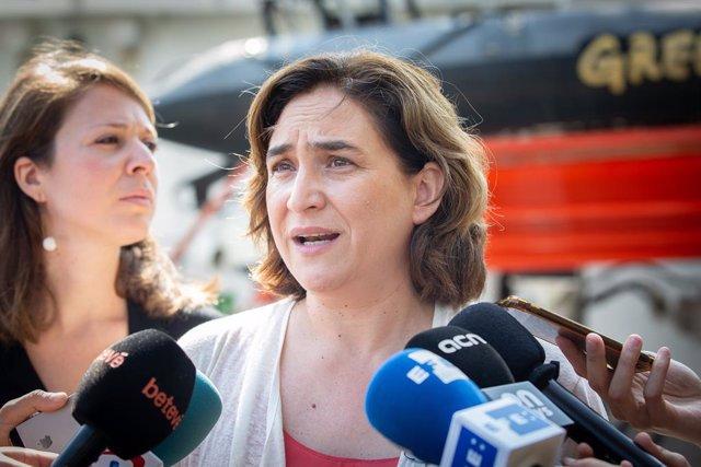 L'alcaldessa de Barcelona, Ada Colau, ofereix declaracions als mitjans de comunicació al Moll d'Espanya-Maremàgnum, on està atracat el Rainbow Warrior.