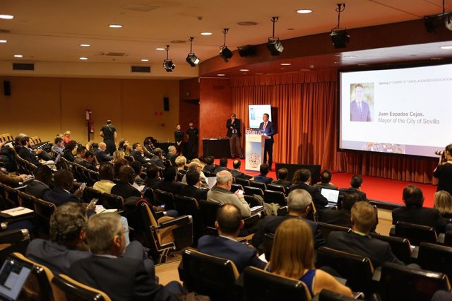El alcalde de Sevilla aborda en la Cumbre de Agencias de Viajes el refuerzo de l