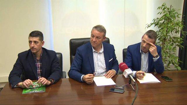 D'esquerra a dreta: El secretari d'Organització de JUCIL, Jesús Pagui, el secretari general de JUPOL, José María García, i el portaveu de JUPOL, Pablo Pérez, en roda de premsa.