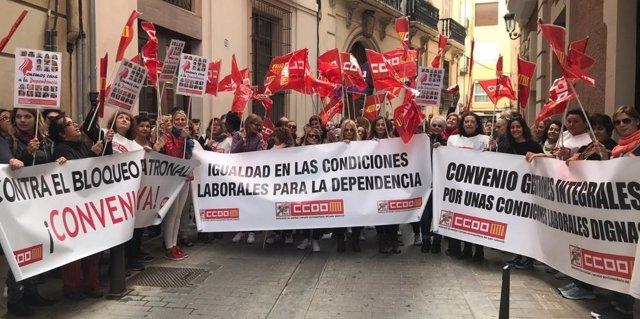 Concentración de trabajadoras de dependencia en València