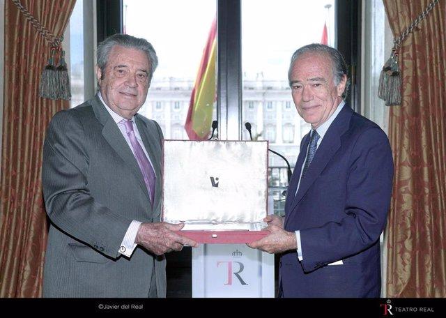 Francisco de Borbón, Duque de Sevilla, Consejero Magistral del Cuerpo de la Nobleza de Asturias, y Gregorio Marañón, Marqués de Marañón,  Presidente del Teatro Real.