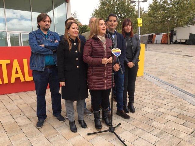 La candidata de Cs al Congrés Carina Mejías durant l'atenció als mitjans aquest dijous a Santa Coloma de Gramenet (Barcelona), acompanyada de Sonia Sierra i Nacho Martín Blanco.