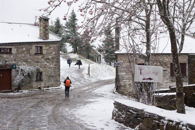 Primeira nevada do ano nas montañas dos Ancares, que deixou cumes nevados no noroeste peninsular en cotas superiores aos 800 metros. Espérase que a nevada remita nas proximas horas, en Pedrafita do Cebreiro (Ou Cebreiro, Lugo, Galicia)