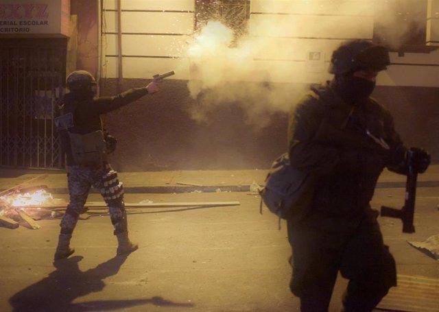 La Policía usa gas lacrimógeno durante enfrentamientos entre opositores y afines al Gobierno de Morales en La Paz