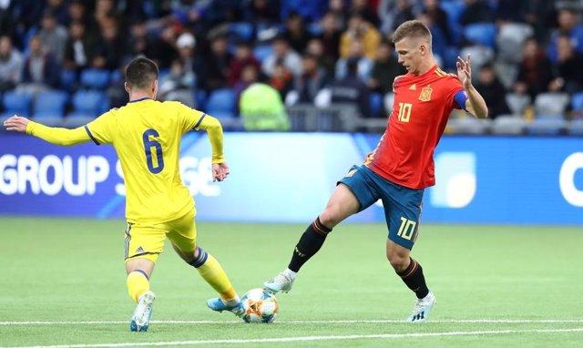 Dani Olmo intenta un regate en el Kazajistán-España Sub-21