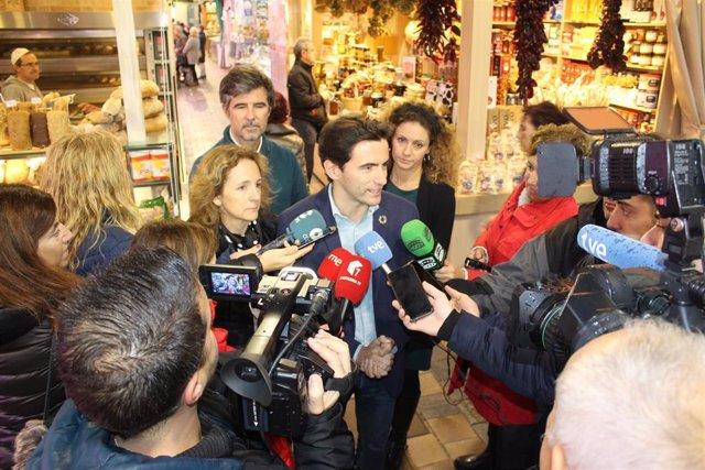 Casares hace balance de la campaña del 10N en el mercado de la Esperanza