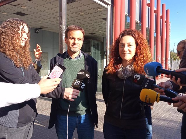 Jaume Asens y Aina Vidal (comuns) en declaraciones a los medios.