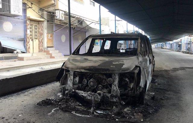 Coche dañado en una calle de Ras al Ain