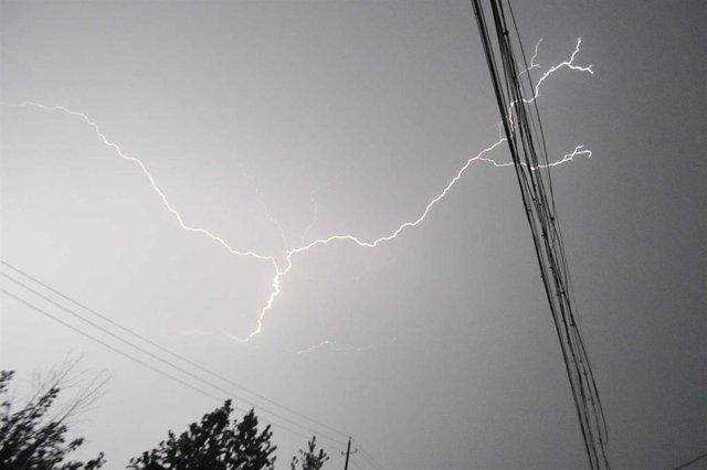 Rayo, tormenta (imagen de archivo)
