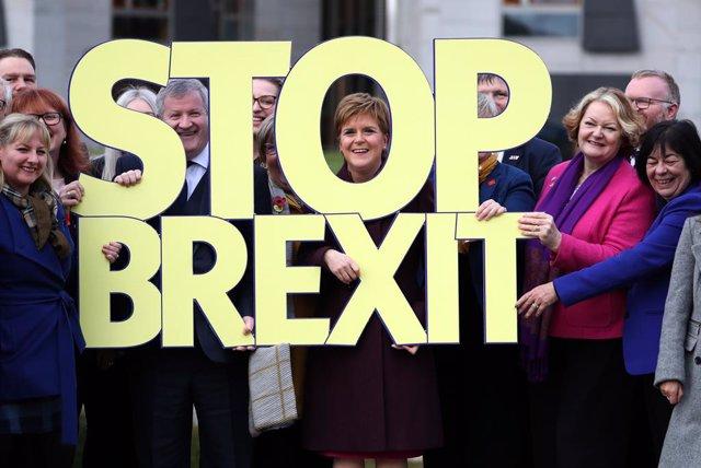 R.Unido.- Sturgeon se ofrece a apoyar a los laboristas pero reclama un segundo r