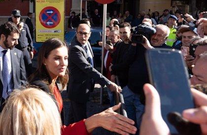 Los Reyes se hacen 'selfies' con los más jóvenes en Sevilla antes de la clausura del Congreso de la Asale