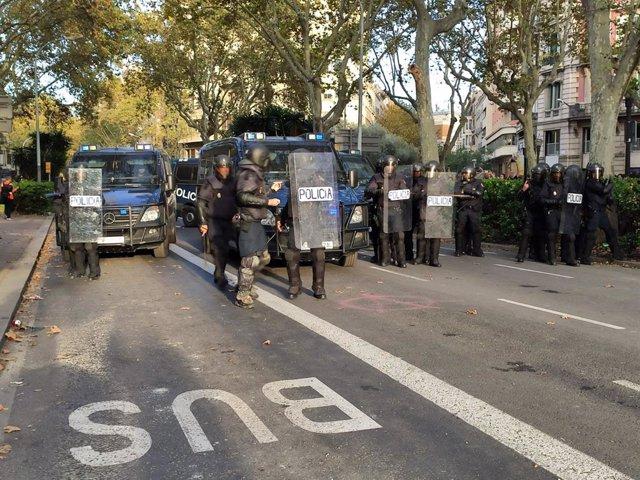 Procés.- La Policía intenta dispersar con porrazos a concentrados en Barcelona al comenzar la movilización