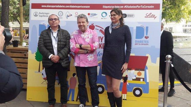 El vicepresidente de la Sociedad Española de Diabetes, Antonio Pérez; el cocinero Alberto Chicote, y la gerente de la Asociación de Diabetes de Catalunya, Sandra Canudas.