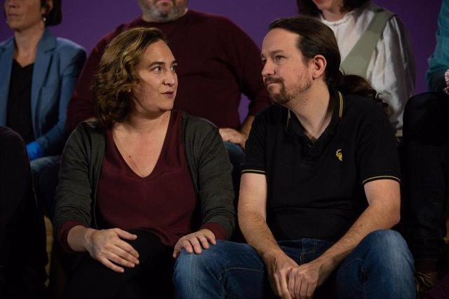 El Secretario General de Unidas Podemos, Pablo Iglesias (d), junto a la alcaldesa de Barcelona, Ada Colau (i), durante el acto central de los comuns en Barcelona (España), a miércoles 6 de noviembre de 2019.