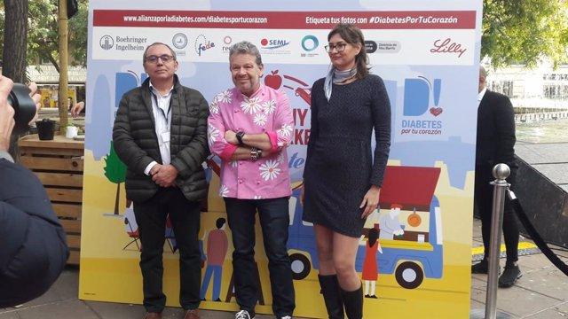 El vicepresident de la Societat Espanyola de Diabetis, Antonio Pérez; el cuiner Alberto Chicote, i la gerent de l'Associació de Diabetis de Catalunya, Sandra Canudas.