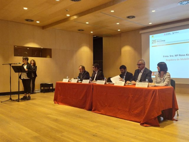 La regidor de Mobilitat de Barcelona M. R. Alarcón; el president del RACC Josep Mateu; el sotsdirector de Mobilitat de la DGT, Jorge Ordás; el tinent d'alcalde Albert Batlle; el director de Trnsit Juli Gendrau i la directora d'Apat Yolanda Doménech.