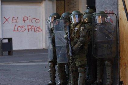 La Fiscalía de Chile investiga a un carabinero por usar a un joven manifestante como escudo humano