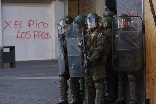 Chile.- La Fiscalía de Chile investiga a un carabinero por usar a un joven manif