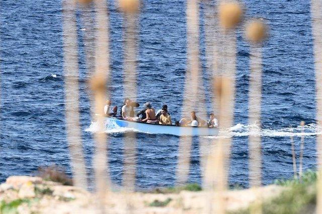 Embarcación con migrantes cerca de Lampedusa