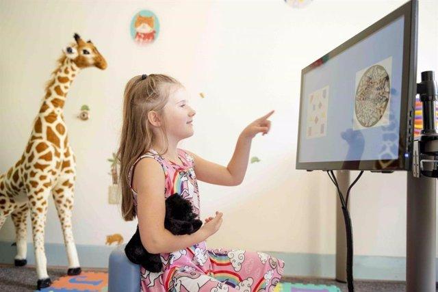 Una niña con un juego de habilidad matemática