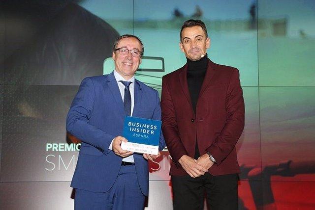 Mikel Palomera, director general de SEAT España, recibe el premio Smart Business otorgado a la compañía española, de manos de Manuel del Campo, director general de Axel Springer España