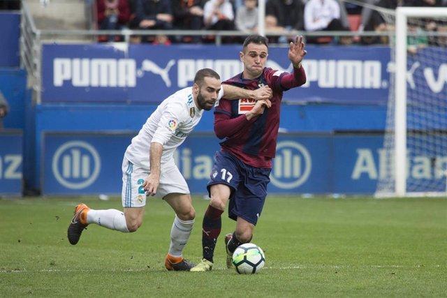 Carvajal y Kike García pugnan por un balón en un Eibar-Real Madrid