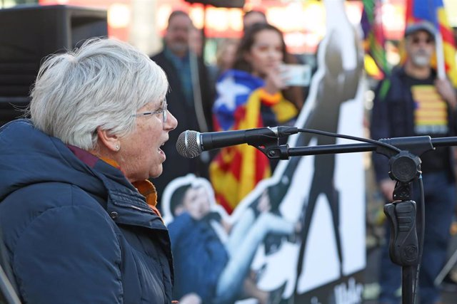 26 October 2019, Scotland, Glasgow: Clara Ponsati, former Minister of Education of Catalonia, speaks during a protest to support the imprisoned separatist Catalan leaders. Photo: Andrew Milligan/PA Wire/dpa
