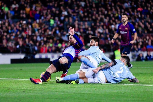El delantero del FC Barcelona Leo Messi ante el Celta