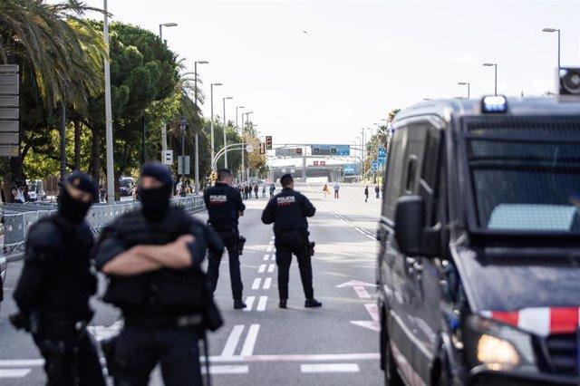 Varios agentes de Mossos de Esquadra cerca del Palau de Congressos de Catalunya.