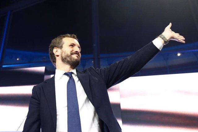 El presidente del PP y candidato del partido a la Presidencia del Gobierno, Pablo Casado saluda durante el mitin del partido de fin de campaña, en la Plaza de las Ventas, en Madrid (España), a 8 de noviembre de 2019.