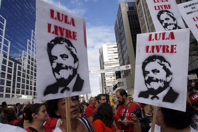 Simpatitzants de l'ex president brasiler Luiz Inácio Lula da Silva