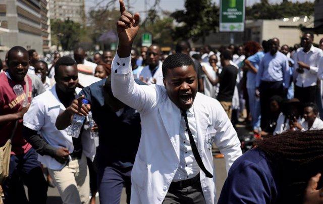 Médicos durante una protesta en Harare