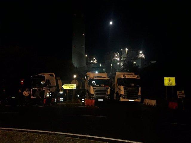 Transportistas del carbón rodean la central de As Pontes en proresta por el posible cierre