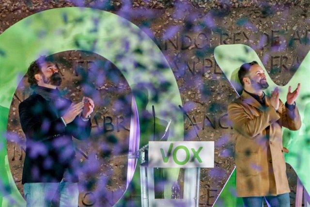 El portavoz de Vox en el Congreso de los Diputados, Iván Espinosa de los Monteros (i) y el presidente y candidato a la Presidencia del Gobierno por VOX, Santiago Abascal (d) con confeti de color verde, en un mitin de fin de campaña del partido, en la Plaz