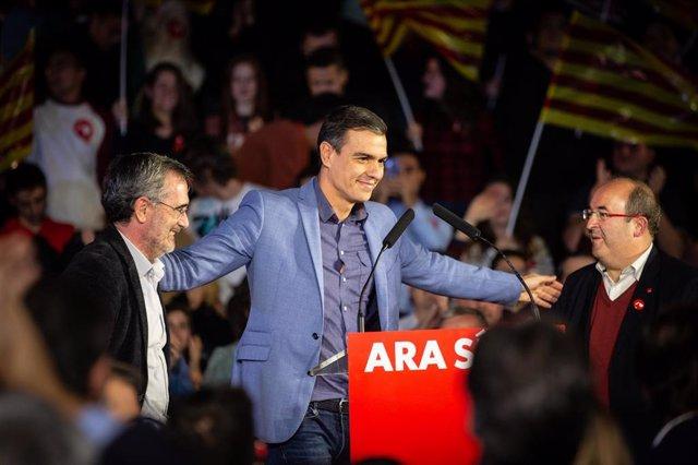 Manuel Cruz, Pedro Sánchez y Miquel Iceta en el mitin de final de campaña en Barcelona