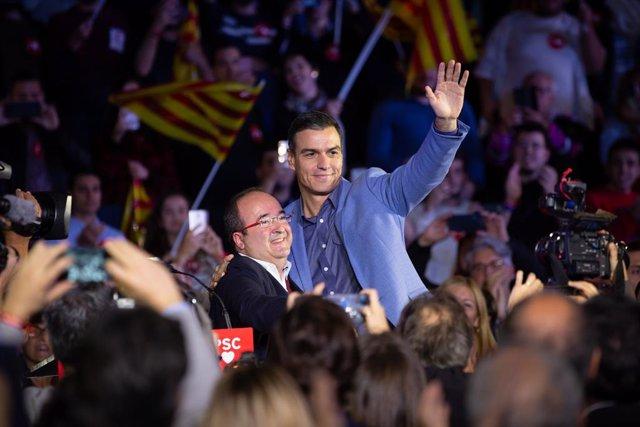 El candidat a la presidncia pel PSOE, Pedro Sánchez (d), al costat del portaveu del grup socialista en el Parlament de Catalunya, Miquel Iceta (i), durant l'acte de tancament de campanya a Barcelona (Espanya), a 8 de novembre de 2019.