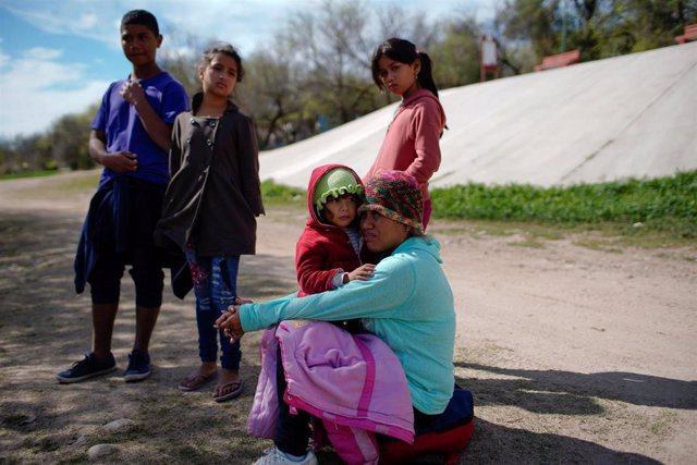Una familia de migrantes de Honduras antes de cruzar Róo Bravo, en Piedras Negras, México