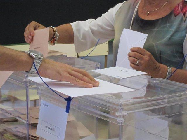 Una mujer vota el 26J en Cantabria