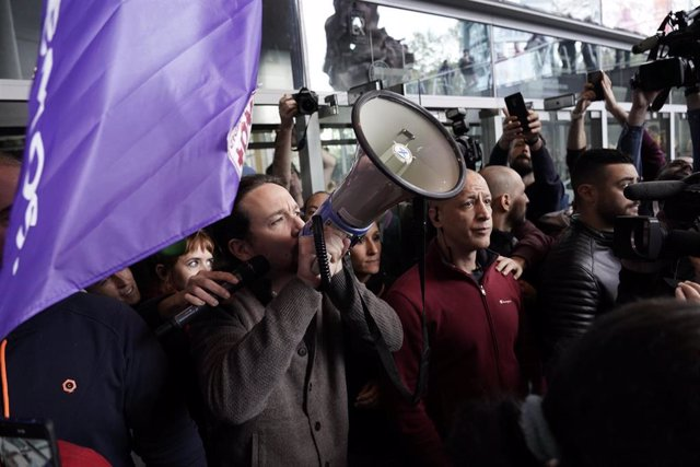 El candidato a la presidencia del Gobierno por Unidas Podemos, Pablo Iglesias se dirige a los asistentes con un megáfono en un acto político,  en el Palacio Euskalduna, en Bilbao (España), a 7 de noviembre de 2019.