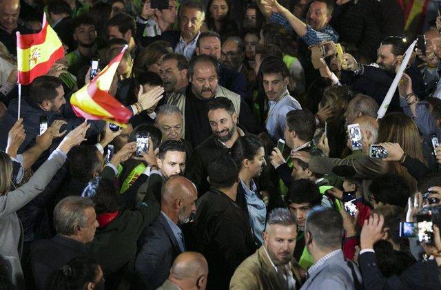 El presidente de Vox, Santiago Abascal (c) a su llegada al acto público celebrado en Dos Hermanas. (Sevilla), 05 de noviembre de 2019.