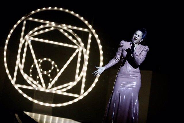 Rosalía durante su actuación en LOS40 Music Awards