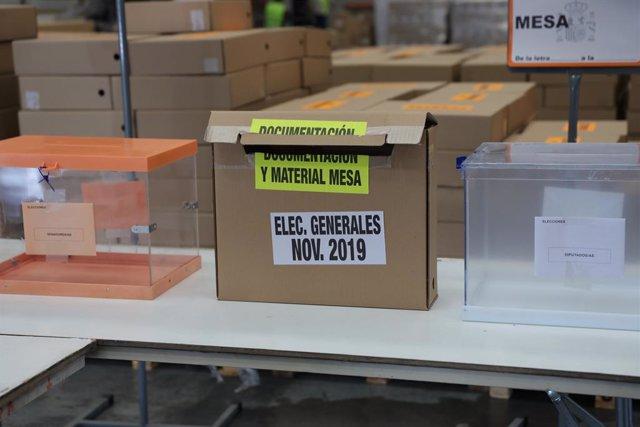 Urnes i caixes al centre logístic de les pròximes eleccions generals del 10N a Alcalá d'Henares (Madrid), el 31 d'octubre de 2019.