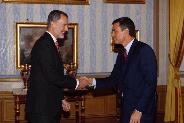 El Rey Felipe saluda al presidente del Gobierno en funciones, Pedro Sánchez .