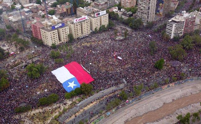 Marxa massiva a Santiago de Xile, en la qual es calcula que hi ha més de 75.000 persones.