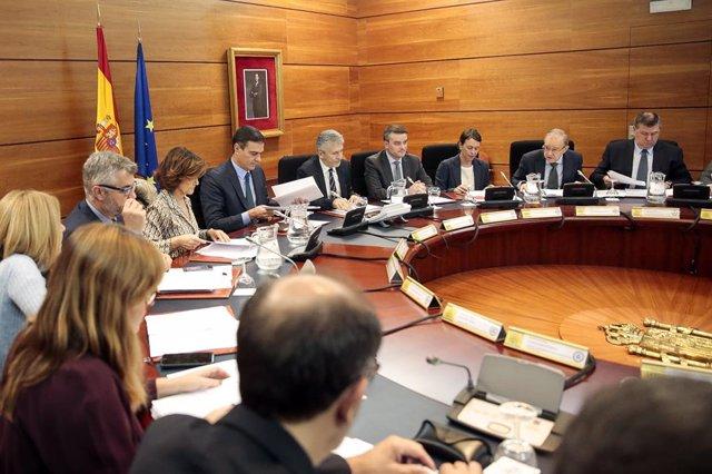 El president del Govern, Pedro Sánchez, reuneix el comitè de coordinació per seguir la situació a Catalunya.