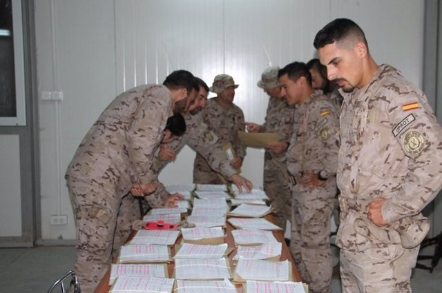 Militars a l'exterior votant en les eleccions generals del 10 de novembre